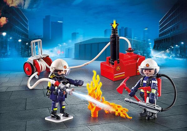 Πυροσβέστες με αντλία νερού